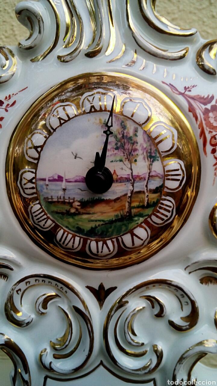 Antigüedades: Reloj isabelino - Viejo Paris. Decorado en cornucopia y oro de ley. Rematado con motivos florales. - Foto 7 - 180093218