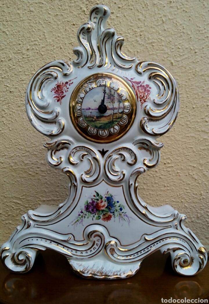 RELOJ ISABELINO - VIEJO PARIS. DECORADO EN CORNUCOPIA Y ORO DE LEY. REMATADO CON MOTIVOS FLORALES. (Antigüedades - Porcelana y Cerámica - Francesa - Limoges)