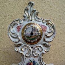 Antigüedades: RELOJ ISABELINO - VIEJO PARIS. DECORADO EN CORNUCOPIA Y ORO DE LEY. REMATADO CON MOTIVOS FLORALES.. Lote 180093218
