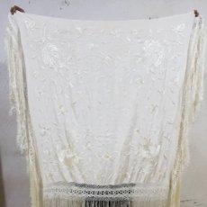 Antigüedades: MANTÓN BORDADO A MANO HERMOSO VINTAGE 116X113CM (PS384). Lote 180110805