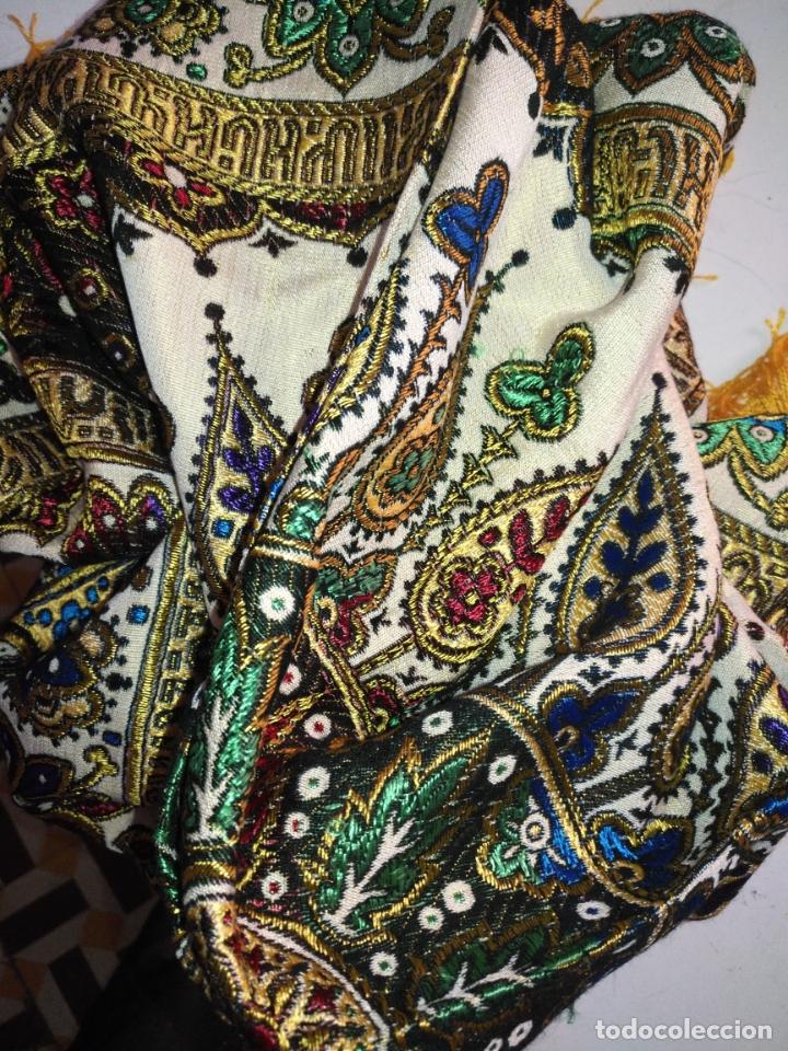 Antigüedades: precioso manton mantoncillo tipo tapiz sedina o seda y algodon traje tradicional 93 cm con flecos - Foto 2 - 180123433