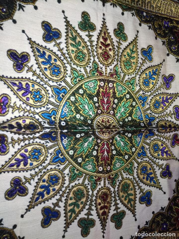 Antigüedades: precioso manton mantoncillo tipo tapiz sedina o seda y algodon traje tradicional 93 cm con flecos - Foto 4 - 180123433