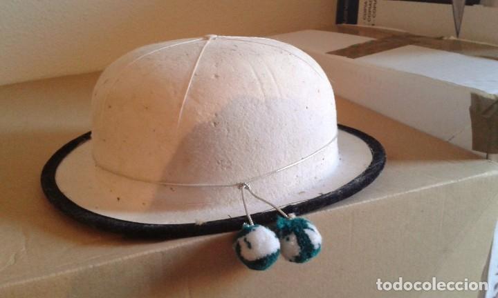 ANTIGUO SOMBRERO BLANCO TIPO BOMBÍN PARA DISFRAZ PPIO SIGLO XX (Antigüedades - Moda - Sombreros Antiguos)