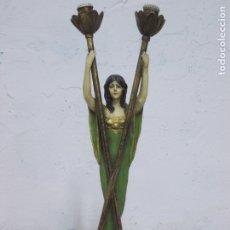 Antigüedades: PRECIOSA LAMPARA MODERNISTA DE CALAMINA Y LATON FIGURA DE MUJER POLICROMADA. Lote 180127438