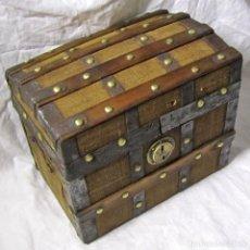Antigüedades: PEQUEÑO BAÚL COFRE DE MADERA FORRADA DE TELA DE SACO E HIERRO. Lote 180138182