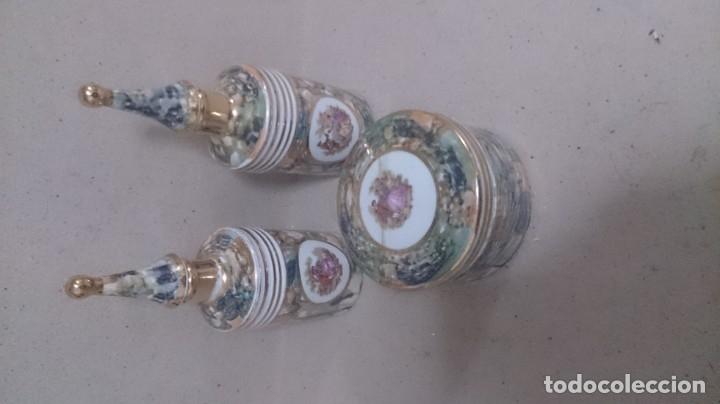 JUEGO DE TOCADOR FRAGONARD FRANCÉS (3PIEZAS CAJA ROTA) FIRMADA (Antigüedades - Porcelanas y Cerámicas - Otras)