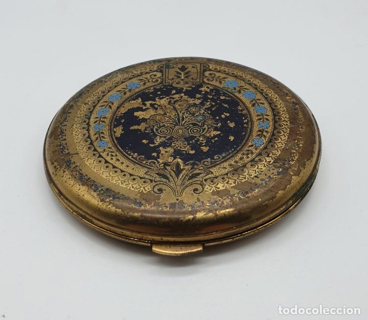Antigüedades: Polvera antigua de latón con bellos motivos florales policromados . - Foto 2 - 180161627
