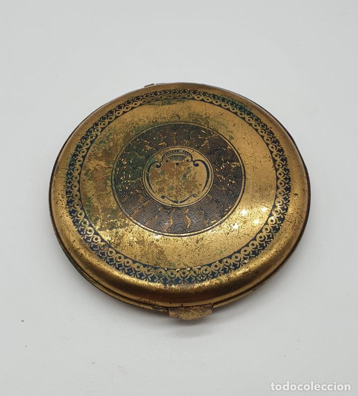 Antigüedades: Polvera antigua de latón con bellos motivos florales policromados . - Foto 3 - 180161627