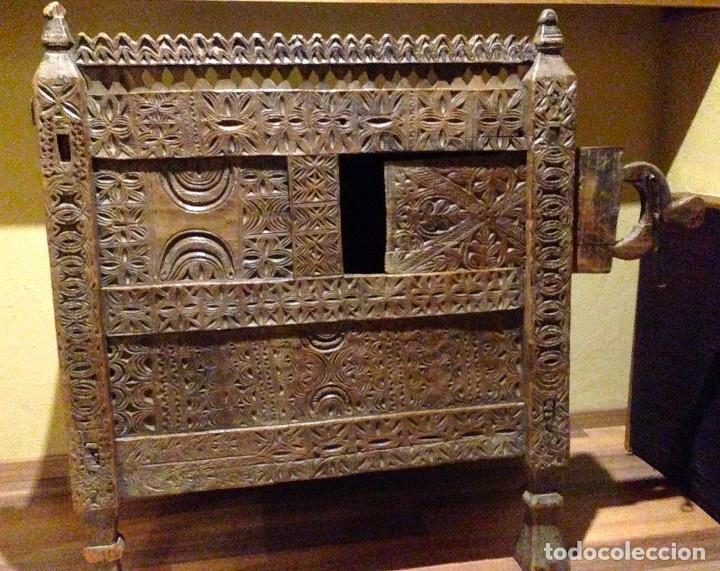 MUEBLE AFRICANO ANTIGUO. COMPLETAMENTE ARTESANAL. JEFE DE TRIBU (Antigüedades - Muebles Antiguos - Aparadores Antiguos)