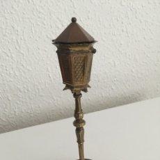 Antigüedades: ENCENDEDOR EN FORMA DE FAROLA BRONCE SÚPER RARO. Lote 180182918