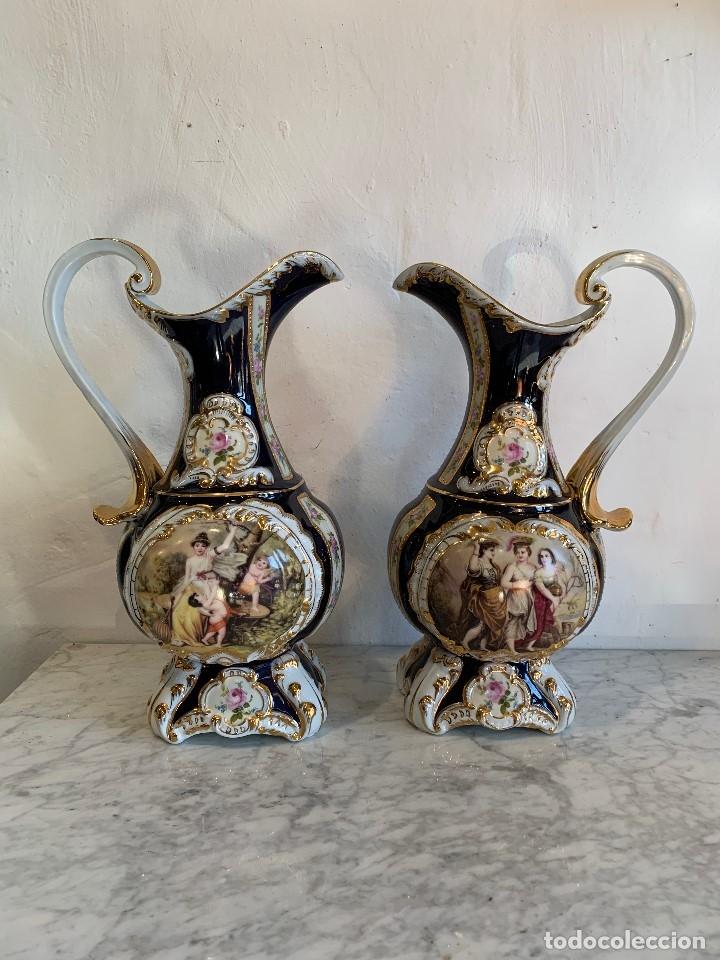 PAREJA DE JARRAS EN PORCELANA DE RETIER (Antigüedades - Porcelanas y Cerámicas - Otras)