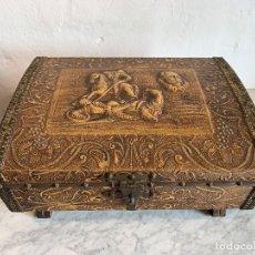 Antigüedades: JOYERO-CAJA CON MUSICA CUERO REPUJADO. Lote 180189568