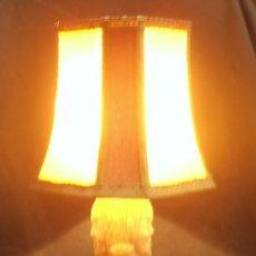 Antigüedades: LAMPARA DE PIE DE ALABASTRO CON DOS SANTOS TALLADOS Y PANTALLA MUY ANTIGUA. Lote 180197472