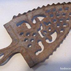 Antigüedades: SOPORTE PLANCHA DE CARBÓN. HIERRO CALADO. 25,5 X 12 X 3 CM. Lote 180216778