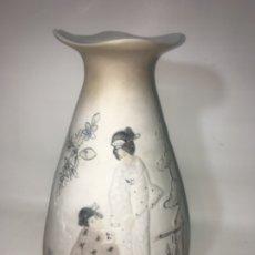 Antigüedades: JARRÓN PORCELANA MOTIVO ORIENTAL GUEISA ORIGINAL. Lote 180239606