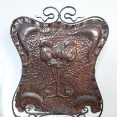 Antigüedades: DECORATIVO SALVACHISPAS ART NOUVEAU DE COBRE Y HIERRO FORJADO 50X77CM APROX. Lote 180249661