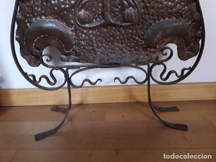Antigüedades: Decorativo salvachispas art nouveau de cobre y hierro forjado 50x77cm aprox - Foto 4 - 180249661