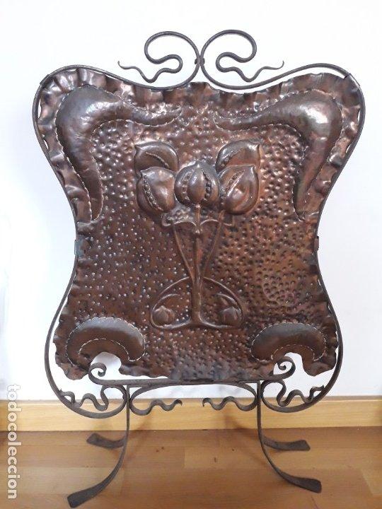 Antigüedades: Decorativo salvachispas art nouveau de cobre y hierro forjado 50x77cm aprox - Foto 5 - 180249661