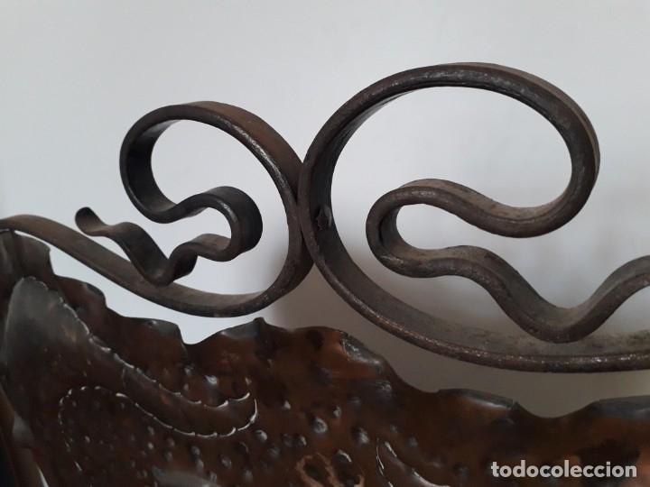 Antigüedades: Decorativo salvachispas art nouveau de cobre y hierro forjado 50x77cm aprox - Foto 7 - 180249661