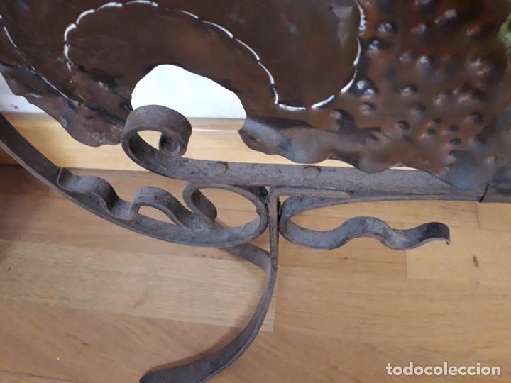 Antigüedades: Decorativo salvachispas art nouveau de cobre y hierro forjado 50x77cm aprox - Foto 8 - 180249661
