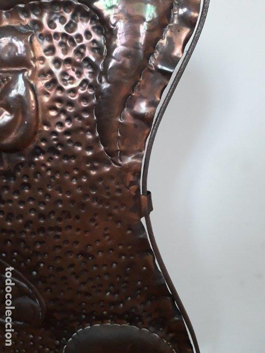Antigüedades: Decorativo salvachispas art nouveau de cobre y hierro forjado 50x77cm aprox - Foto 9 - 180249661