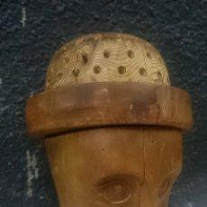 Antigüedades: ANTIGUA CABEZA DE NOGAL Y PINO PARA COLOCAR MANZANAS EN LA FERIA. SIGLO XIX. 30 CM ALTO Y 23 CM DIÁM. Lote 180266297