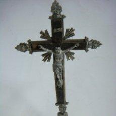 Antigüedades: CRUCIFIJO ANTIGUO METALICO DESOBREMESA LA BASE. Lote 180280991