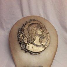 Antigüedades: MAGNIFICA ANTIGUA BENDITERA BRONCE LABRADO Y ALABASTRO CON SELLO EN LA BASE. Lote 180290120