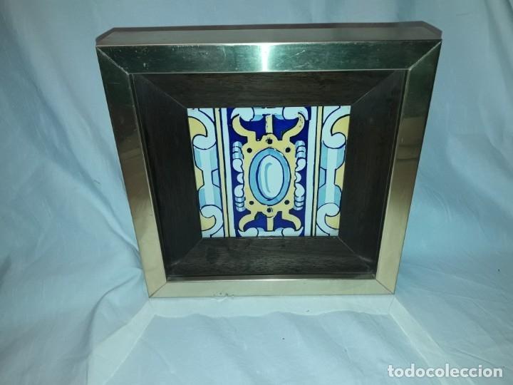 ANTIGUO AZULEJO BALDOSA ENMARCADO (Antigüedades - Porcelanas y Cerámicas - Azulejos)