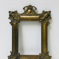 Antigüedades: MARCO DE FOTOS DE CALAMINA LATONADA ORNAMENTADO CON ANGELOTES PORTA RETRATOS FLORAL DE PARED. Lote 173184615