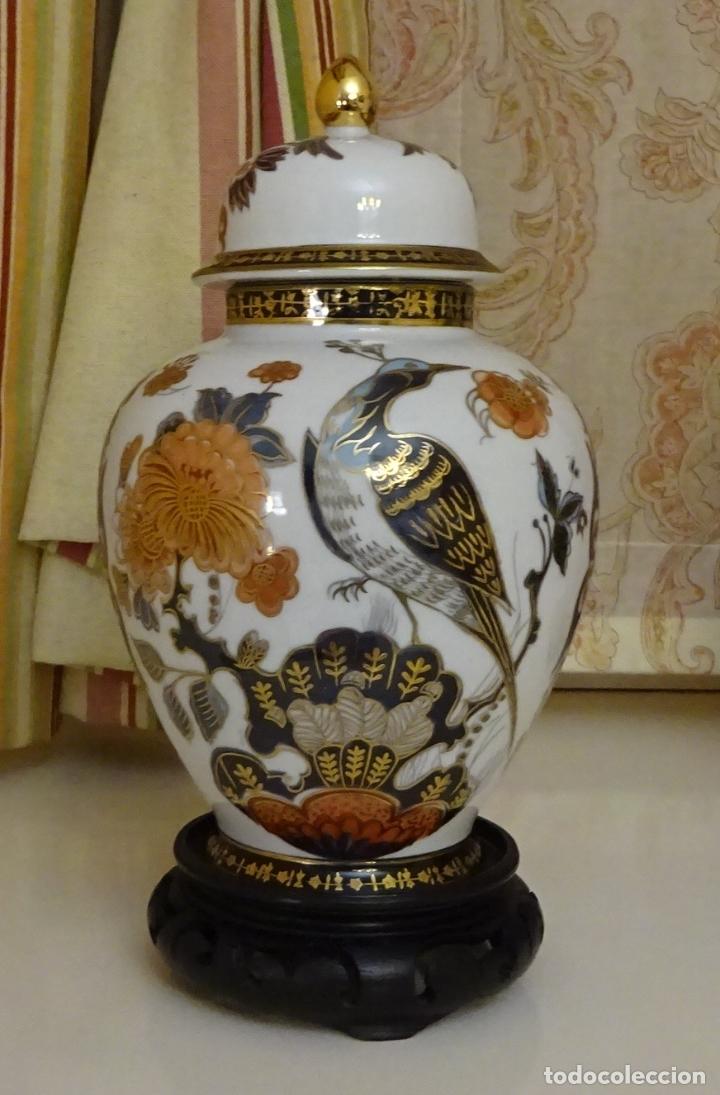 TIBOR DE PORCELANA CON DECORACIÓN ORIENTAL, AVES DEL PARAISO. PEANA MADERA. ALTURA 21 CM (Antigüedades - Porcelanas y Cerámicas - Otras)