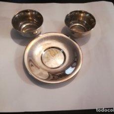 Antigüedades: JUEGO DE DOS TAZONES DE DESAYUNO CON UN SOLO PLATO, EN METAL PLATEADO. Lote 180387638