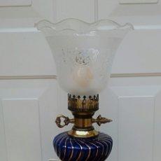 Antigüedades: LAMPARA - QUINQUE DE BRONCE DORADO Y PORCELANA. TULIPA DE CRISTA DECORADO.. Lote 180393273
