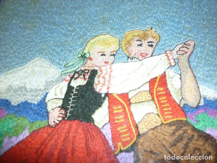 Antigüedades: CUADRO -TAPIZ BORDADO, NIÑOS MONTAÑA - Foto 4 - 180415807