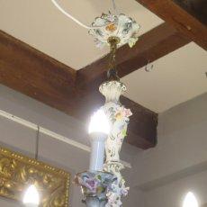Antigüedades: BONITA LAMPARA DE TRES BRAZOS DE PORCELANA. CAPODIMONTE. Lote 180421658