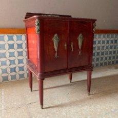 Antiguidades: MESITA DE NOCHE COLOR CAOBA CON MUCHO BRONCE, PARA SER RESTAURADA. Lote 180437037