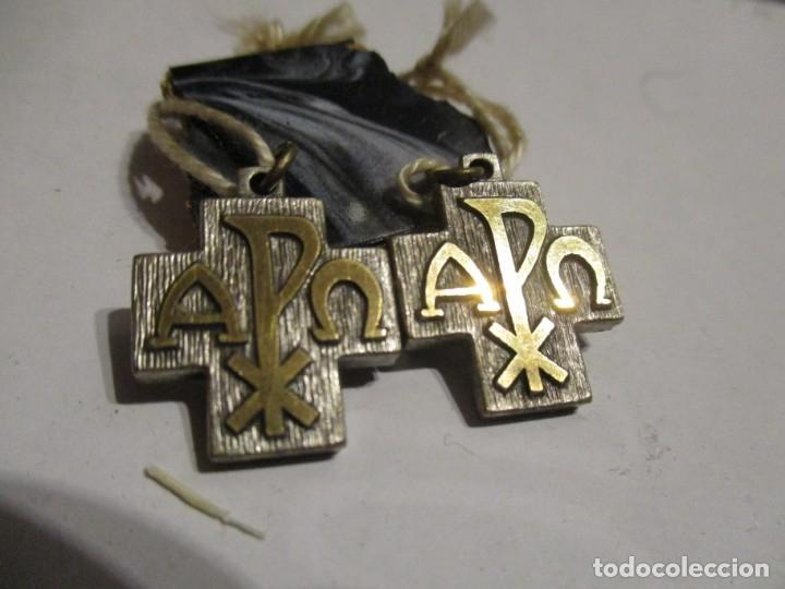 DOS MEDALLAS CRUZ CON ANAGRAMA (Antigüedades - Religiosas - Cruces Antiguas)
