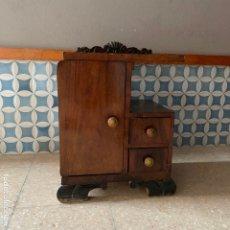 Antigüedades: MESITA DE NOCHE COLOR NOGAL CON TIRADORES DE BRONCE, PARA SER RESTAURADA. Lote 180437906