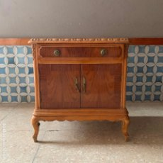 Antigüedades: MESITA DE NOCHE DE HAYA CON TABLERILLO DE DOS COLORES,CON TIRADORES DE BRONCE, PARA SER RESTAURADA. Lote 180439481