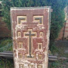 Antigüedades: PUERTA MUY ANTIGUA DE CUARTERONES. Lote 180445830