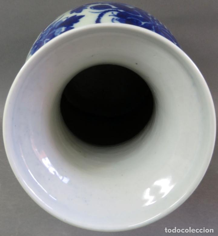Antigüedades: Jarrón en porcelana China blanco y azul hacia 1900 - Foto 6 - 221122542