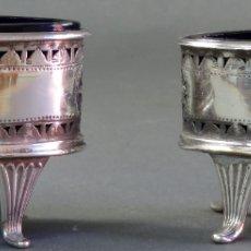 Antigüedades: PAREJA DE SALEROS DE MESA EN PLATA Y RECIPIENTE EN CRISTAL COBALTO MARCAS LACROIS Y LAZY SIGLO XVIII. Lote 180460287