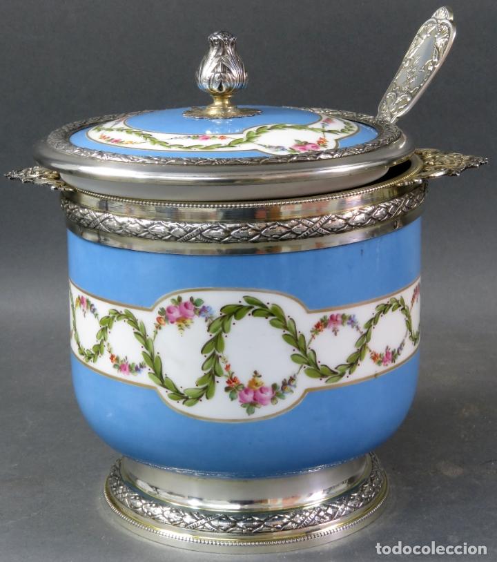 Antigüedades: Compotera en porcelana de Sevres sello en base y filos de plata con su cazo siglo XIX - Foto 2 - 180464541