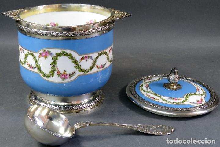 Antigüedades: Compotera en porcelana de Sevres sello en base y filos de plata con su cazo siglo XIX - Foto 3 - 180464541