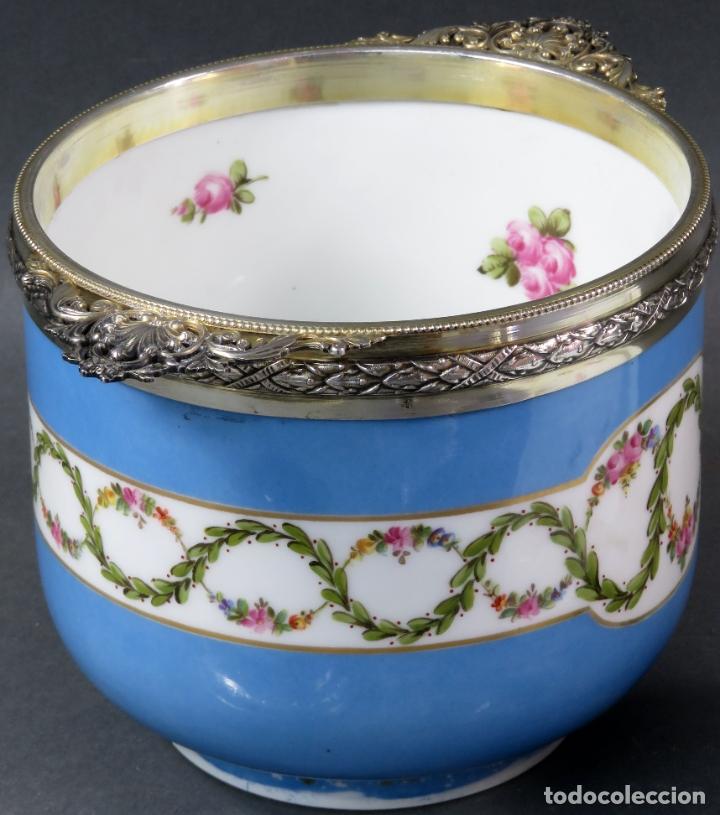 Antigüedades: Compotera en porcelana de Sevres sello en base y filos de plata con su cazo siglo XIX - Foto 6 - 180464541