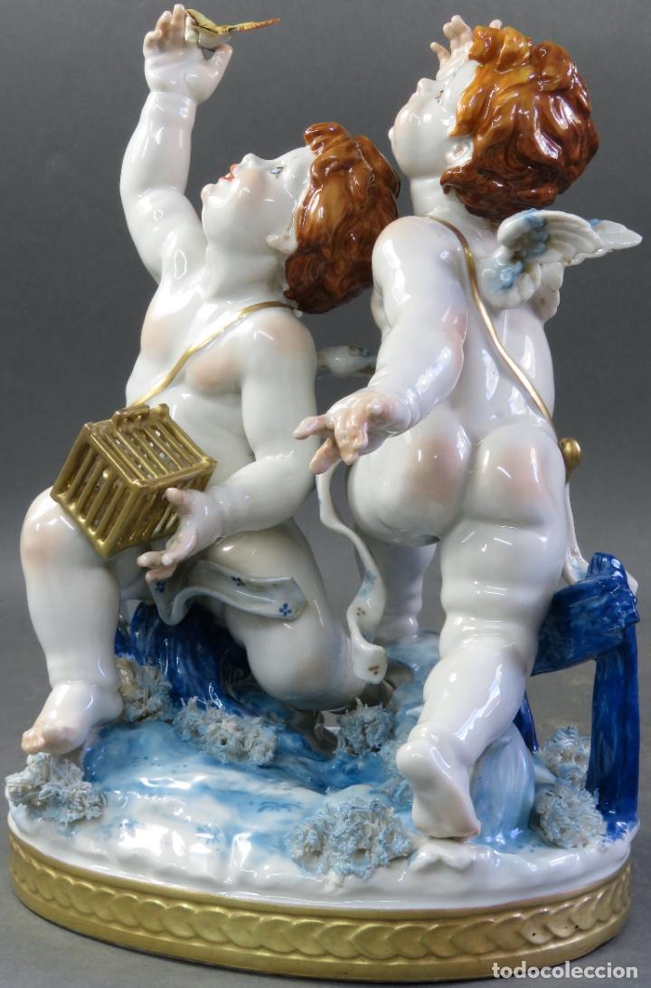 Antigüedades: Pareja de querubines jugando con pájaro en porcelana de Algora con numeración y sello siglo XX - Foto 8 - 180468835