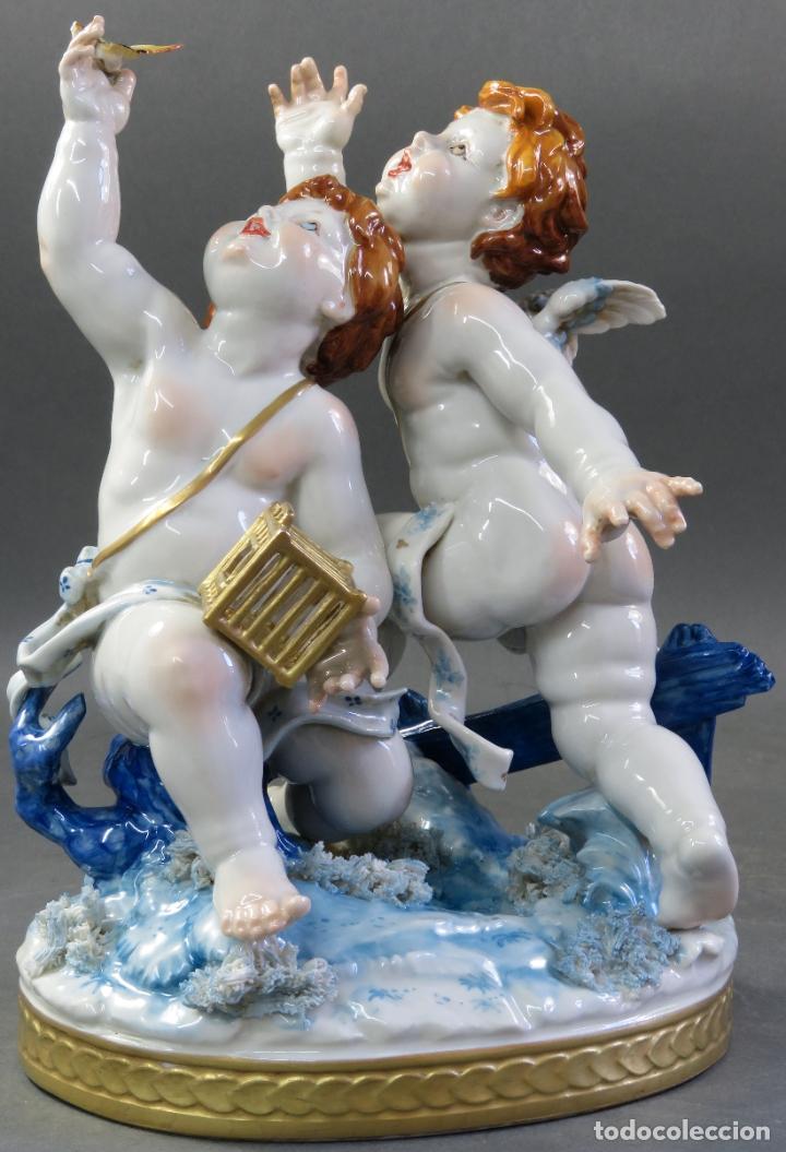 Antigüedades: Pareja de querubines jugando con pájaro en porcelana de Algora con numeración y sello siglo XX - Foto 9 - 180468835
