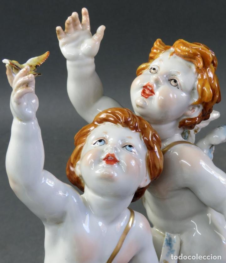 Antigüedades: Pareja de querubines jugando con pájaro en porcelana de Algora con numeración y sello siglo XX - Foto 11 - 180468835