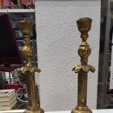 Antigüedades: PAREJA DE CANDELABROS DE BRONCE O LATON. Lote 180481561