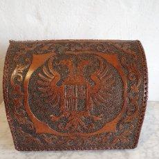 Antigüedades: GUARDACARTAS EN CUERO REPUJADO. Lote 180496477